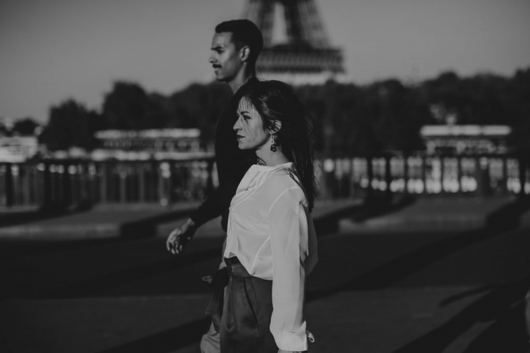 Photographer couple engagement Paris